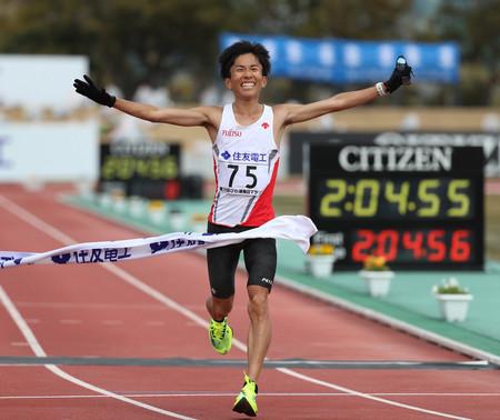 鈴木、日本新で初優勝=2時間4分56秒、大迫の記録更新―びわ湖毎日マラソン